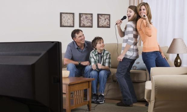 familia-cantando-karaoke-21777