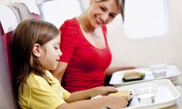mae-e-filha-viajando-de-aviao-44870