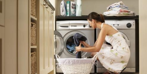 mulher-lavando-roupa-12658