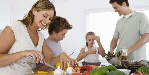 familia-cozinhando-casa-13902